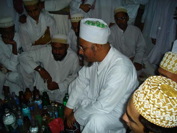 Mazoon ud-Da'wat reciting du'a-e-shifaa  on the water which mumineen store it for barakaat