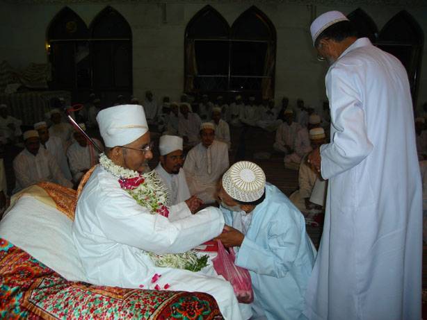 Ashaab doing gul-poshi of Mazoon saheb (dm) in Laylato Eid il-Fitar