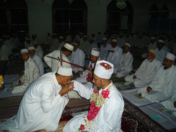 Istiqbaal of Mazoon ud-Da'wat Haatim Zakiyuddin saheb during the namaaz of Nisf il-Layl