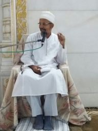 Mukaasir saheb doing taqreer after Maghrib Namaaz: Masjid e Nooraani
